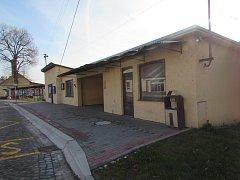 Autobusová zastávka a prázdné prostory v centru Boršic.