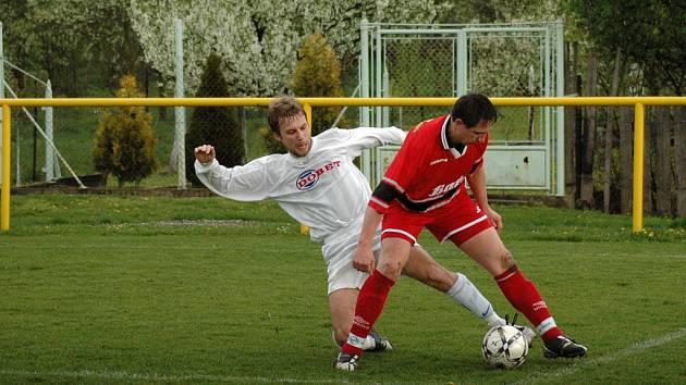 V derby utkání krajského přeboru mezi fotbalisty Ostrožské Nové Vsi (v bílém) a Dolního Němčí branka nepadla a oba soupeři si tak rozdělili po bodu.