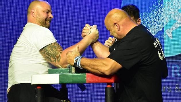 Známý hlucký pákař Dušan Tesařík získal na mistrovství Evropy v Řecku zlato a bronz.