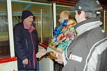 Legendární hlasatel Jaroslav Boček (vlevo) zaokrouhlil v sobotu počet odhlášených hokejových zápasů již na 14 tisíc, k čemuž mu mimo jiné pogratulovali i vedoucí ZS Miroslav Stavjaňa a sekretář HC Uh. Hradiště Richard Šebestů (vpravo).