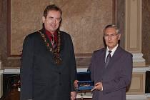 Vyznamenání starosty města převzal včera v obřadní síni uherskohradišťské radnice vedoucí okresního archivu Jiří Čoupek, který odchází do důchodu.
