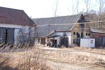 Areál zemědělského družstva ve Veletinách chátrá kvůli složitým majetkovým vztahům.