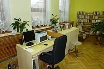 Regály s knihami v jankovické knihovně v těchto dnech nahrazují lůžka pro děti z mateřské školy