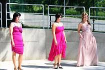 Tupeské modelky představily společenské šaty z kolekce Hany Benešové.