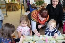 Dalšími možnostmi, jak si zpestřit ve Slováckém muzeu odpoledne, byla tvorba za pomoci tvarování drátů, zdobení korálky či speciálními barvami malovat na sklo a keramiku.