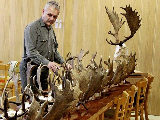 Petr Šimčík při hodnocení trofejí.