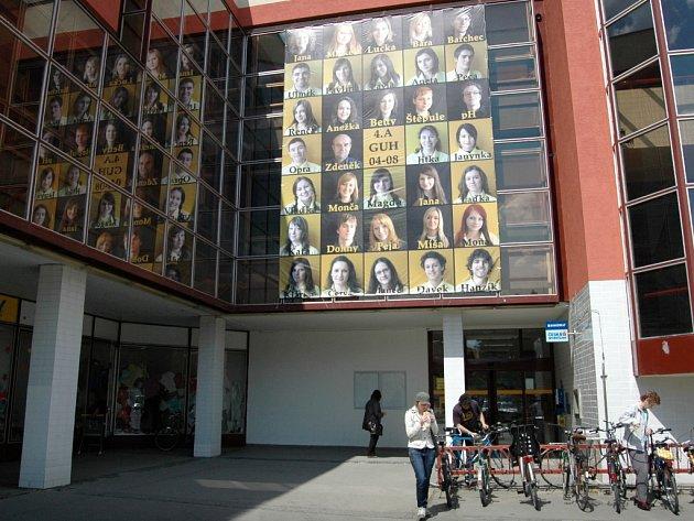 Nepřehlédnutelné tablo na obchodním domě Centrum v Uherském Hradišti.