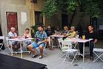 Posluchači talkshow Davida Vackeho na dvorku v Kafe uprostřed.