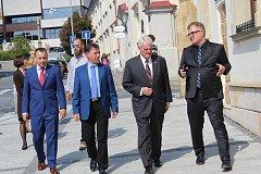 Velvyslanec USA Stephen B. King navštívil ve středu 5. září Uherský Brod. Jeho kroky směřovaly k prohloubení ekonomické spolupráce, s čímž souvisela i návštěva tamní České zbrojovky.