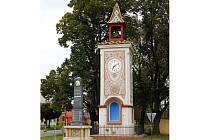 Těžko přehlédnutelná zvonice v návesním prostoru Předměstí v Uherském Ostrohu září po dvouleté omlazovací kúře novou ornamentální a figurální výzdobou škrabanou do omítky.