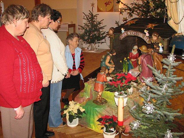 Klientky domova obdivovaly před mší svatou  půvab jesliček s Ježíškem a darovníky.