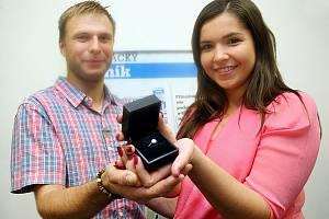 Vítězové soutěže O nejkrásnější svatební pár Deníku 2015 manželé Lucie a Petr Bujáčkovi ze Suché Loze si v redakci Deníku převzali hlavní výhru, zlatý prsten s brilianty v hodnotě 15 tisíc korun.