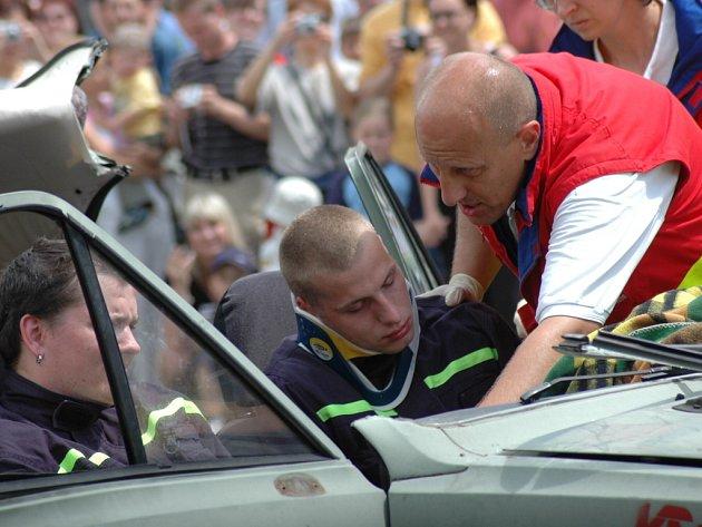 Záchranáři divákům ukázali také simulovanou dopravní nehodu.