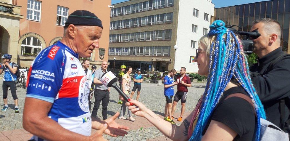 Na kole dětem. Jak jsem šlapal do pedálů z Luhačovic do Bzence. Josef Zimovčák, mistr světa v jízdě na vysokém kole.