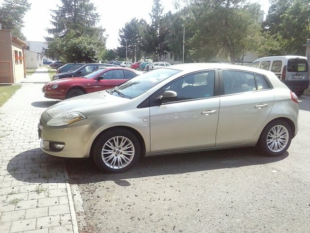 Abych byla se synem Damiánkem mobilní a nezávislá a zároveň nemusela jezdit spartnerovým velkým C5, se kterým stejně neumím parkovat, tak mi pořídil malého Fiátka Bravo.
