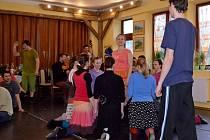 Členové folklorního souboru Pentla z Boršic pilovali tance, muziku i písničky na soustředění v Žítkové.