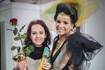 Fotografka a vizážistka Aneta Juříková (vlevo) s modelkou na soutěži.