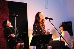 Tři herci zpívali šansony.