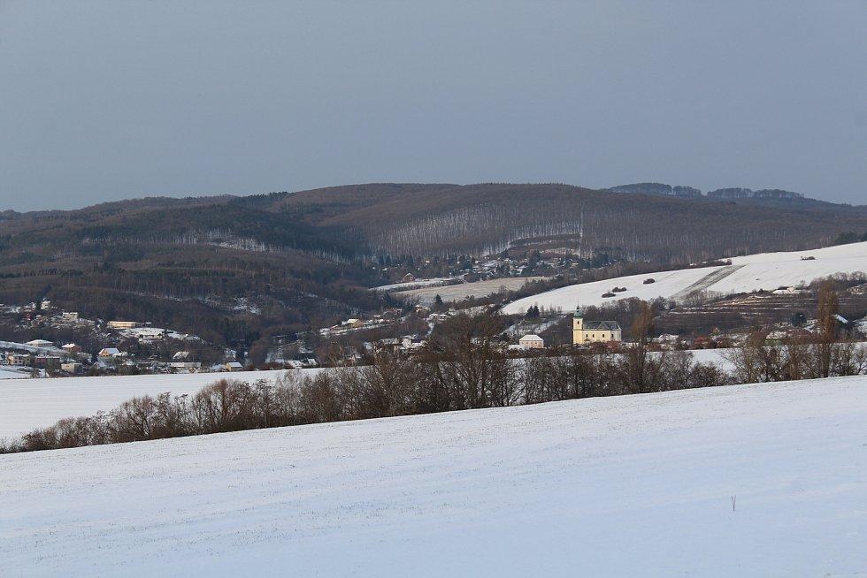 Hostějov se sněhovou pokrývkou.Výhled na Chřiby a Osvětimansko.