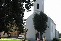 Náves s kostelem v Huštěnovicích.