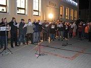 Zpívání koled v Pitíně s  Deníkem podpořila cimbálovka Jaroslava Pavlíka i pěvecké sbory.