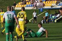 Fotbalisté Strání (ve žlutých dresech) porazili doma na hody Bzenec 3:0.