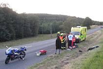 U Uherského Brodu v pátek došlo ke kolizi motorky a autobusu. O hodinu později pak havarovalo auto v buchlovských kopcích.