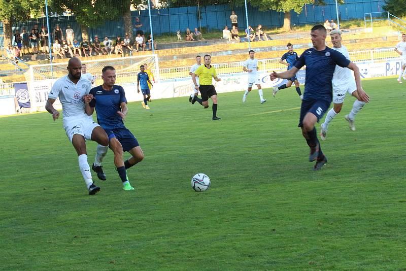 Fotbalisté Slovácka (bílé dresy) na úvod přípravy přehráli Vyškov 6:1.