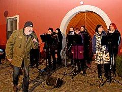 Rockově upravené koledy zněly galerijním nádvořím  v Uherském Hradišti.
