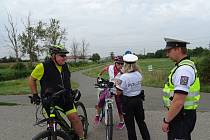 U cyklistů policisté zjišťovali, zda před jízdou nepili alkohol a mají povinnou výbavu jízdních kol.