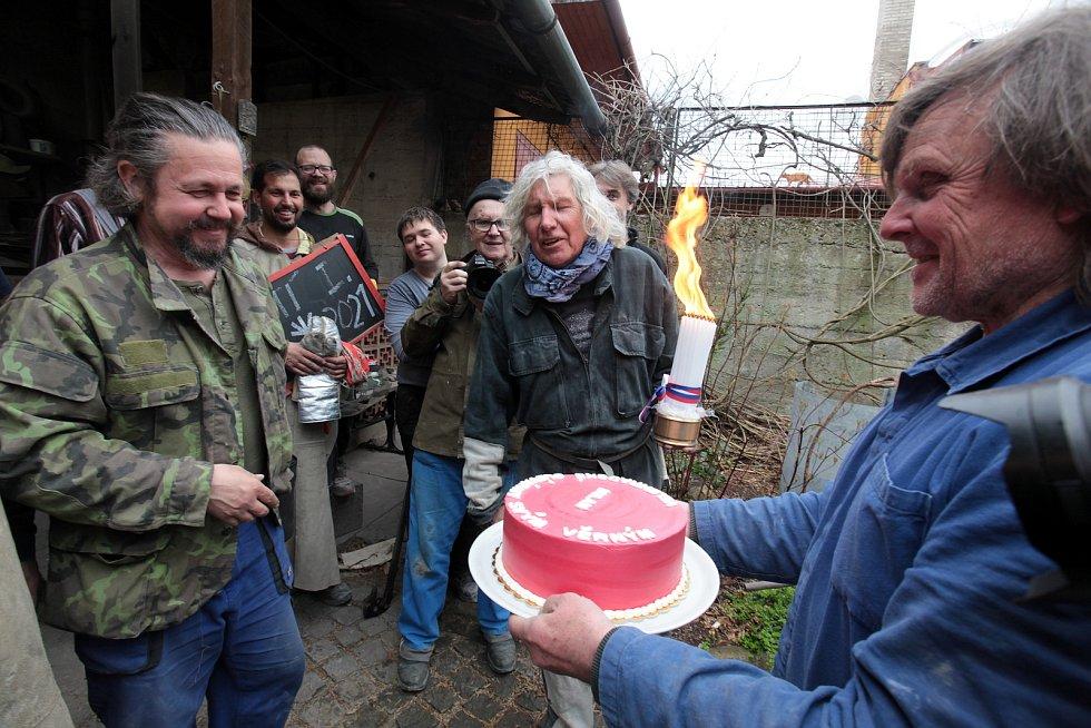 Odlévání u Otmara Olivy je mysteriózní rituál.  S čerstvým padesátníkem Milanem Zámečníkem.