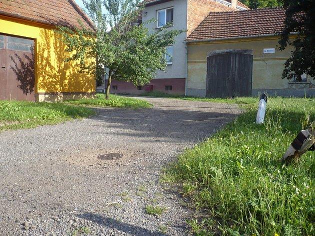 Oprava kanalizace i cest v některých ulicích ve Véskách je do budoucna nezbytná. Jednou z takových zón je ulice Na Mrmově.