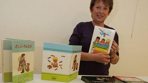 Příprava výstavy knižní ilustrace Heleny Zmatlíkové ve Slovácké galerii v Uherském Hradišti.