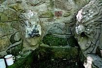 Zatím neznámý pachatel nebo pachatelé zdevastovali dvě naproti sobě vytesané lví hlavy z pískovcového kamene, které víc než sto deset let střeží pramen studánky v Chřibech, nedaleko chatové oblasti Bunč.