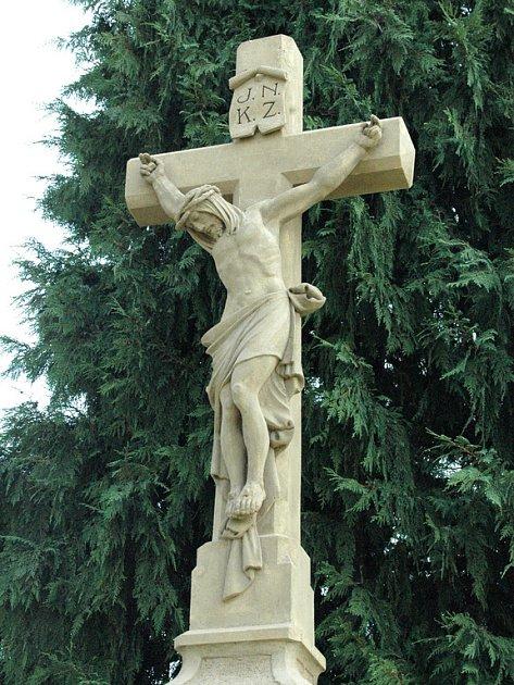 Kříž před babickým hřbitovem.
