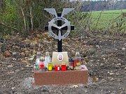 Pád letadla a tragickou smrt jeho pilota 23. září 2016 připomíná nad Dolním Němčím od 12. listopadu malý pomníček.