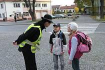 Jak správně přejít silnici, poučovali strážnici nivnické děti.