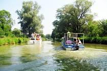 Turisté se po Baťově kanále projedou zase až za rok.