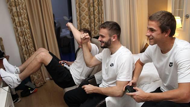 Hráči Slovácka tráví volno často u hraní playstationu.