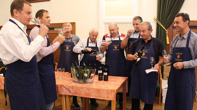 Vzhledem k nepřízni počasí byla nedělní (8. září) výstava vín v Redutě příjemným vyvrcholením XVII. ročníku Slováckých slavností vína a otevřených památek. Oslavu vína v Redutě připravili Vinaři Mařatice