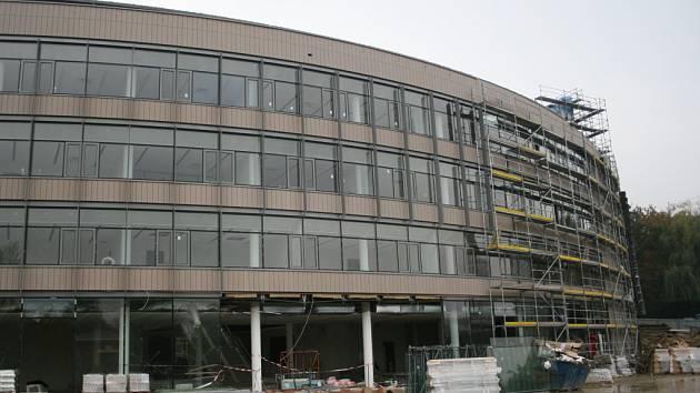 Budova, do které univerzita přemístí knihovnu a rektorát, je dva měsíce před kolaudací.