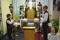 Boží hrob v Dolním Němčí hlídali v krojích a s lampami v rukou také Petr a Jakub Tinkovi.