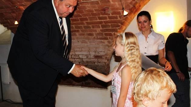 CESTA DVOU BRATŘÍ. Arcibiskup s hejtmanem předali diplomy a ceny nejlepším výtvarníkům z řad dětí.