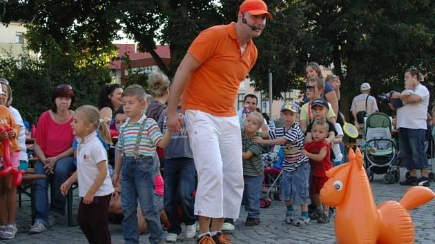 Děti na Palackého náměstí vyřezávaly dýně a soutěžily.