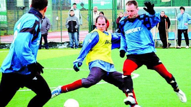 Fotbalisté Břestku (v modrém) porazili Huštěnovice 3:2.