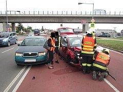 Střet dvou osobních aut v pátek 15. července krátce před 10. hodinou nedaleko Kunovic zbrzdil provoz na silnici I/55.
