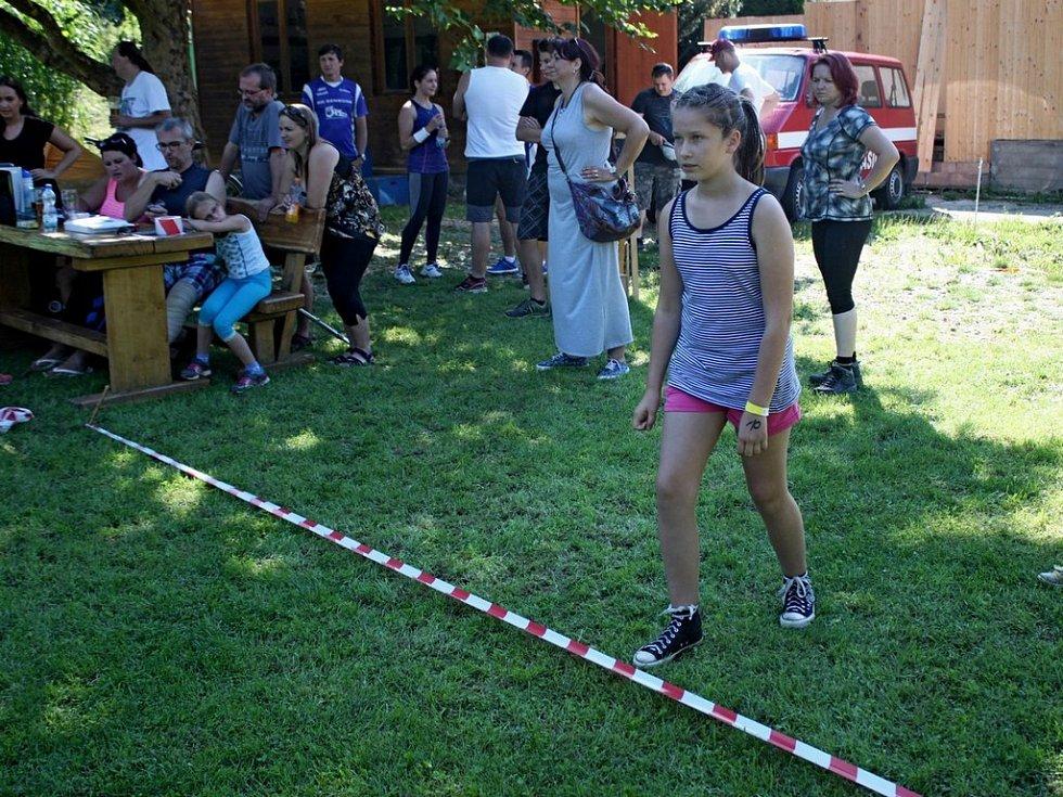 Devětačtyřicet běžců amatérů absolvovalo v neděli odpoledne nultý ročník překážkového běhu okolo Salaše.