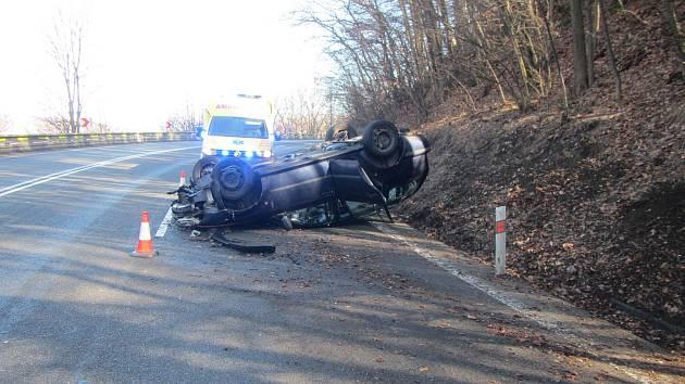 Nehoda v Chřibech. Mladého řidiče odvezli do nemocnice.