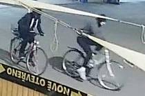 Dvě neznámé osoby rozbily výlohu kavárny Stop.Shop Cafe & Grill ve Starém Městě v ulici Východní. Poznáváte je?