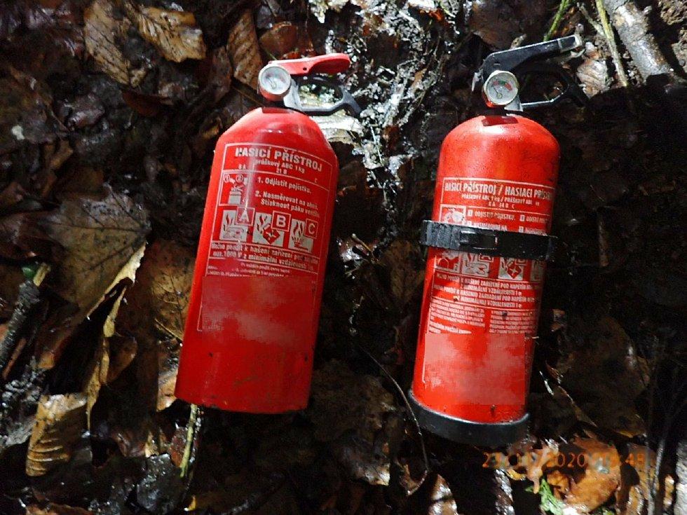 Smrtí dvou lidí skončila v pondělí 23. listopadu dopravní nehoda osobního automobilu nedaleko Strání. Vůz, v němž cestovaly celkem tři osoby, havaroval v mlze krátce před 18. hodinou na silnici l/54 v blízkosti odbočky na Korytnou. Na snímku hasicí přístr